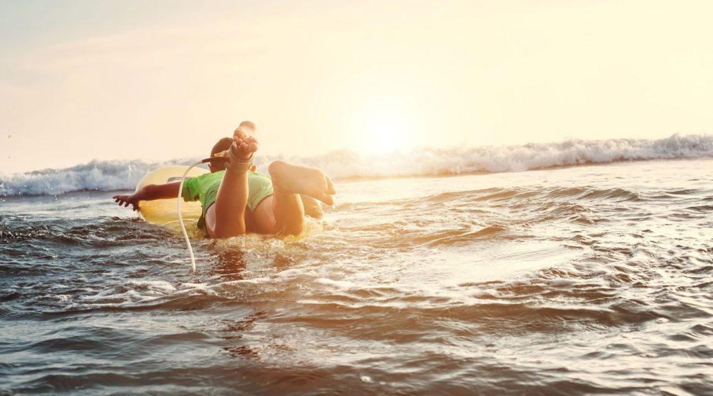 enfant qui nage dans la mer