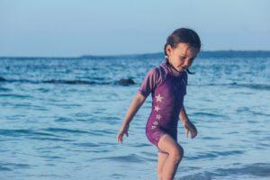 petite fille à la mer pendant les vacances d'été