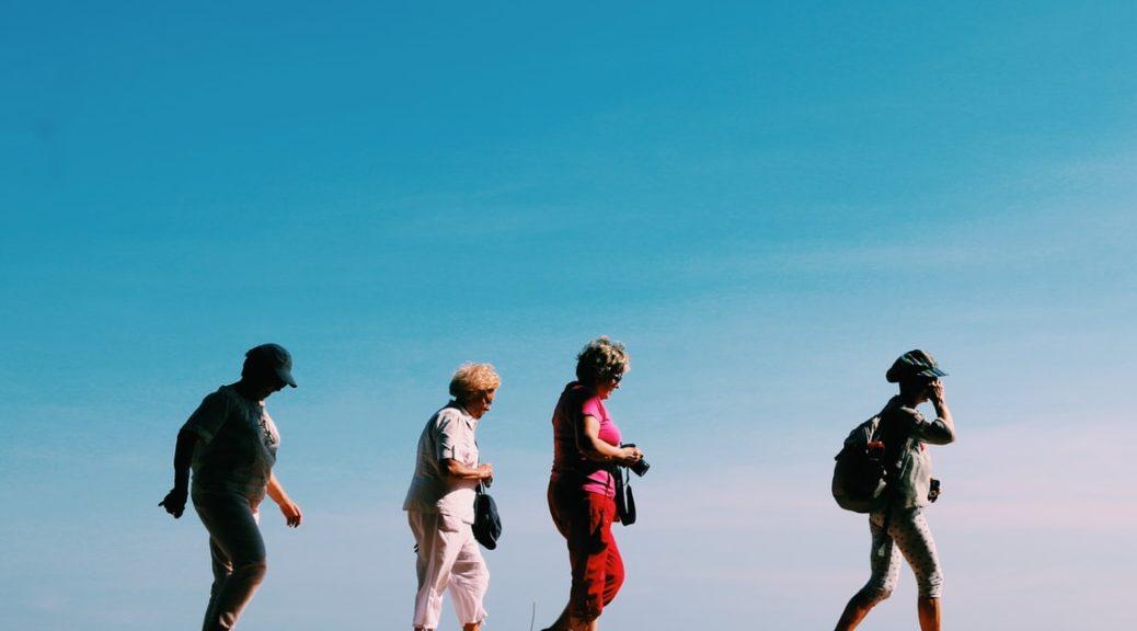 personnes agées qui marchent
