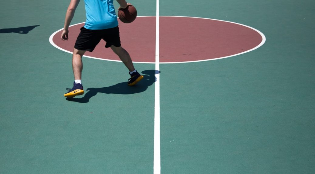 personne qui joue au basket