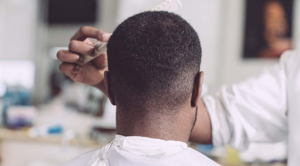 homme de dos chez le coiffeur