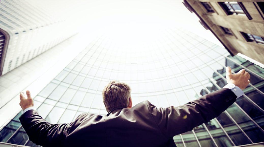 homme en bas d'un immeuble